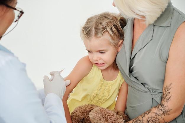 Meisje dat waterpokkenvaccinatie ontvangt