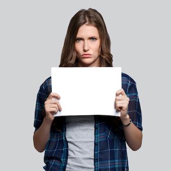 Meisje dat wit aanplakbord houdt