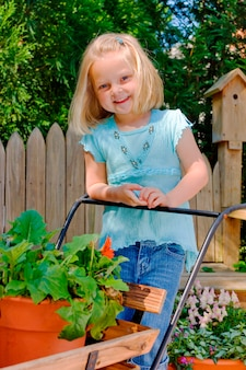 Meisje dat zich in tuin, het glimlachen, portret bevindt