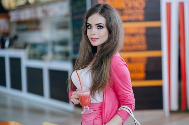 Meisje dat zich met een frisdrank in de hand