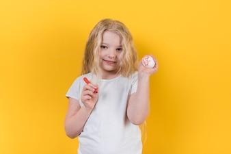 Meisje dat zich met geschilderde ei en gevoelde pen bevindt