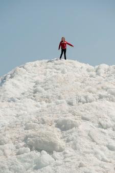 Meisje dat zich op een stapel van sneeuw bij het strand van winnipeg, manitoba, canada bevindt