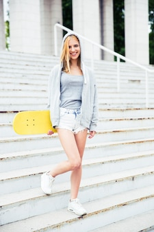 Meisje dat zich op treden met skateboard bevindt