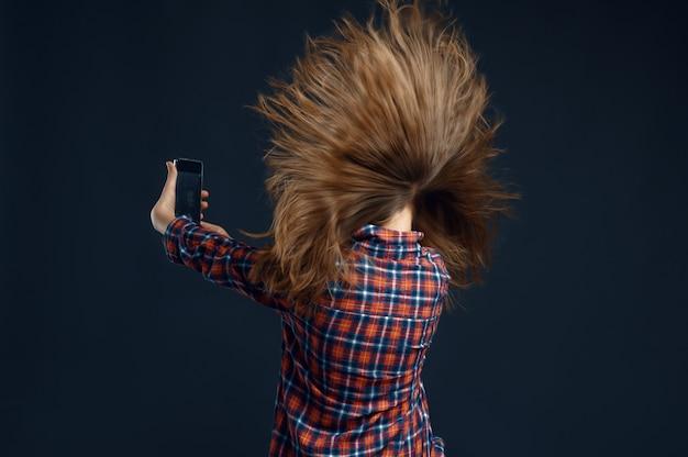 Meisje dat zich tegen krachtige luchtstroom in studio bevindt