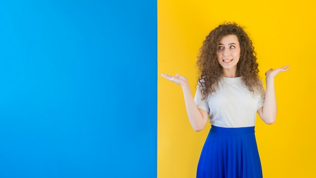 Meisje dat zich voor contrasterende muur bevindt
