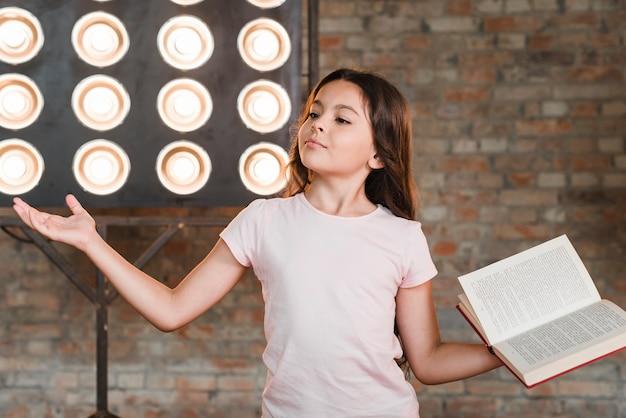 Meisje dat zich voor stadium het lichte presteren bevindt