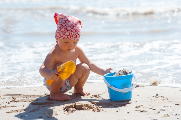 Meisje de bouw zandkasteel op strand