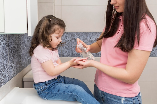 Meisje desinfecterende handen