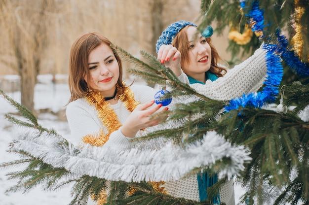 Meisje dichtbij boom