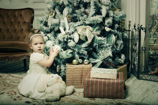 Meisje dichtbij cristmassboom