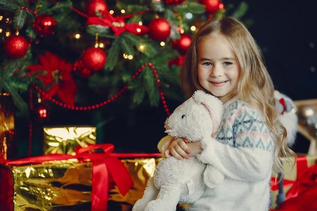 Meisje dichtbij kerstmis trre