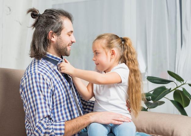 Meisje dichtknopen haar vaders shirt
