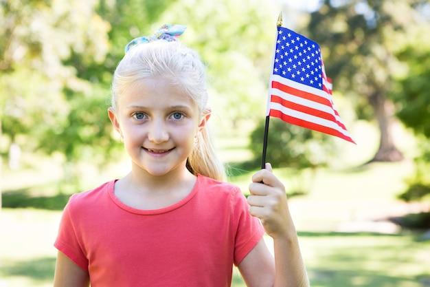 Meisje die amerikaanse vlag golven