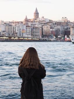 Meisje die de mooie mening van de stad van istanboel bekijken
