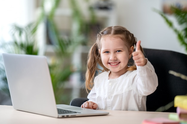 Meisje die digitaal laptop e-lerend concept, digitale e-lerende concepten gebruiken