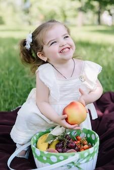 Meisje die een appelzitting houden en van zonnige de zomerdag genieten