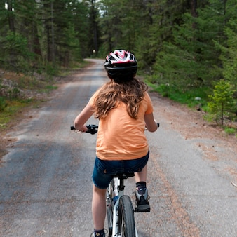 Meisje die een fiets, jasper national park, alberta, canada berijden