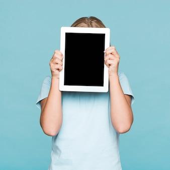 Meisje die gezicht behandelen met frame