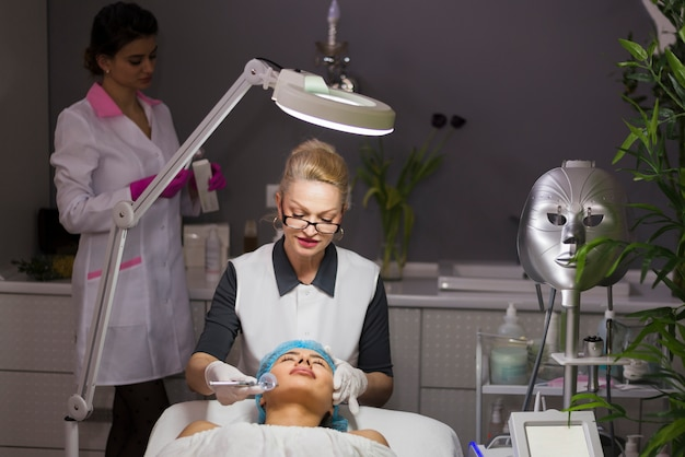 Meisje die gezichtsbehandeling in een schoonheidssalon ontvangen