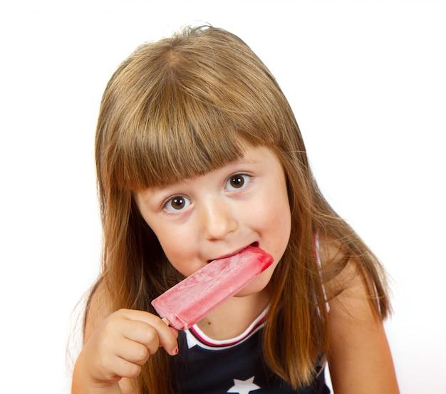 Meisje die kleurrijke ijslollie eten