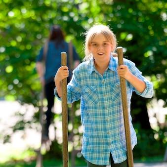 Meisje die met stokken in norsk folkemuseum, oslo, noorwegen lopen