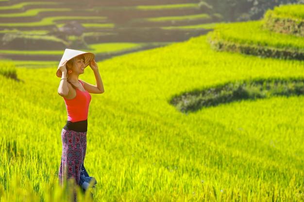 Meisje die rijstterras viewpoin genieten in mu cang-chai, vietnam