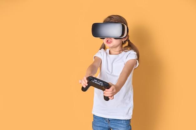 Meisje die vr-hoofdtelefoon versus joystickspel ervaren. verraste emoties op haar gezicht. kind gebruikt een gaminggadget voor virtual reality.