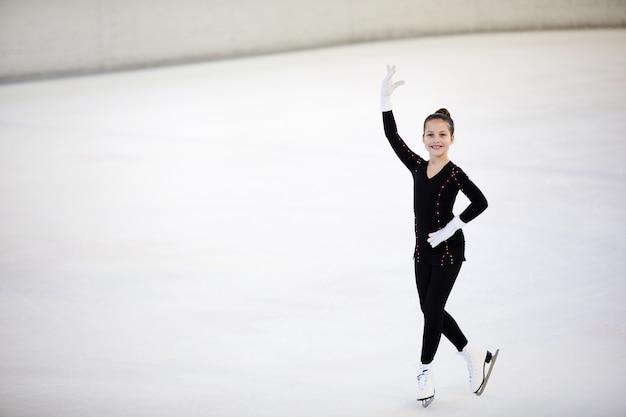 Meisje die zich voordeed op ijsbaan