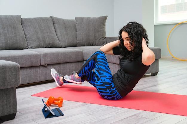 Meisje doet core crunches op mat