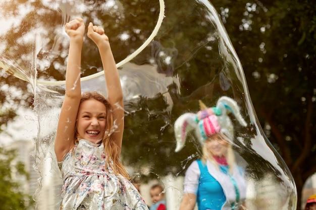Meisje doet een soapshow. origineel genre. grote zeepbellen