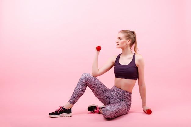 Meisje doet fitness met halters