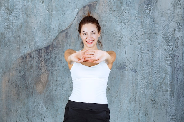 Meisje doet schouder- en armspieren training.