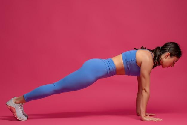 Meisje doet voorste plank op gestrekte armen