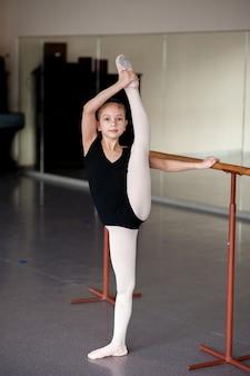 Meisje doet zich het uitrekken in de balletschool.