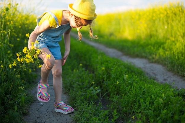 Meisje doodt muggen op haar handen en voeten. kind slaat zichzelf op het lichaam, krabt aan beten, bescherming tegen insectenbeten, afweermiddel veilig voor kinderen. buitenrecreatie, tegen allergieën