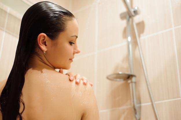 Meisje douchen in douchecabine kast bijlage