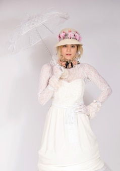 Meisje draagt 19e-eeuwse mode-stijl, dame high society renaissance korset en lange rok met zonnescherm blij en glimlachend