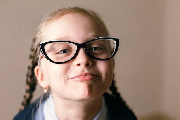 Meisje draagt een bril