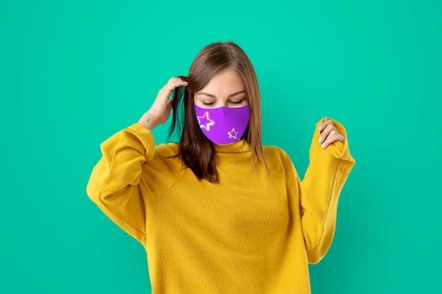 Meisje draagt gezichtsmasker om covid te voorkomen 19