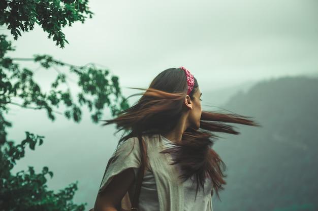 Meisje draait haar gezicht