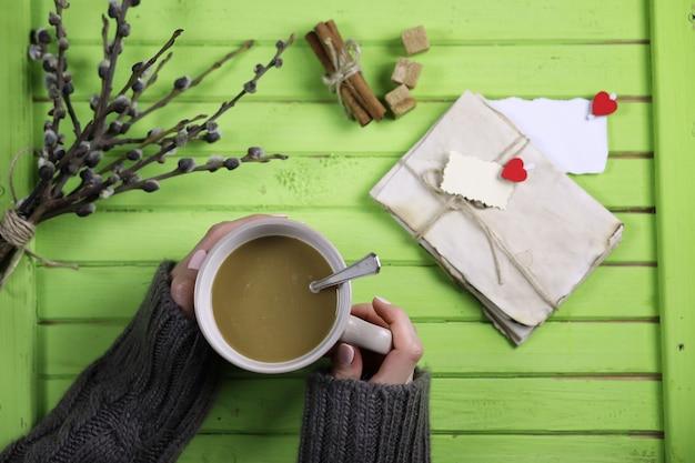 Meisje drinkt hete koffie uit een mok en ziet er valentijnsdag uit