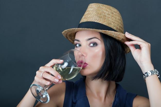 Meisje drinkt mousserende wijn om het nieuwe jaar te vieren. in een hand een glas champagne