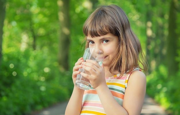 Meisje drinkwater uit een glas
