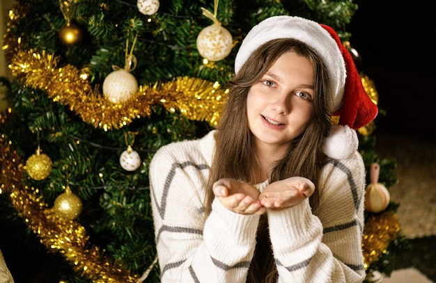 Meisje droomt en doet een wens op een feestelijke kerstachtergrond
