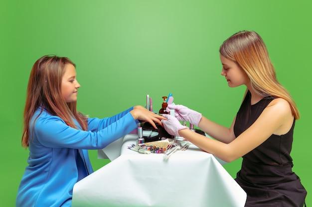 Meisje droomt van beroep van nagelskunstenaar. jeugd, planning, onderwijs, droomconcept.