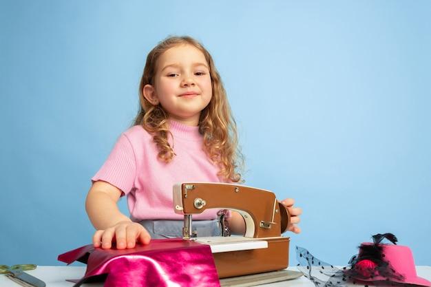 Meisje droomt van toekomstig beroep van naaister