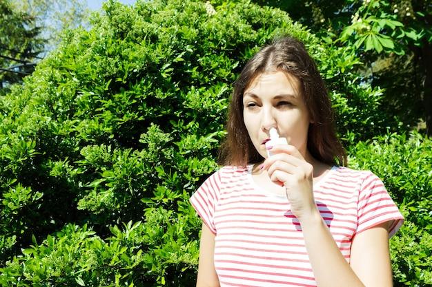Meisje druipt verstopte neus van allergie