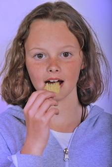 Meisje eet chips