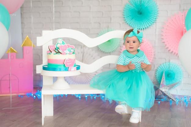 Meisje en cake eerst. turkoois