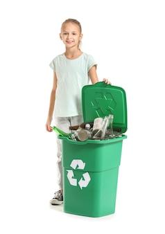Meisje en container met afval op wit